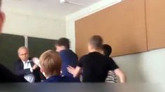 В якутском колледже подросток бросился на пожилого преподавателя с кулаками - Московский Комсомолец