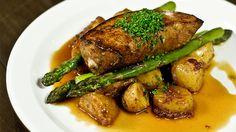 «Voici ma recette de foie de veau avec des patates qui tuent, brunes comme chez grand-maman. Au restaurant, on a l'habitude de parer le foie... Traditional French Recipes, Bacon, French Food, Charcuterie, Wok, Voici, Carne, St Pierre, Turkey