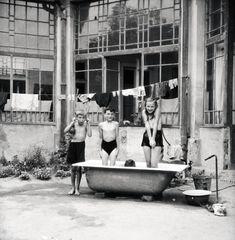 FOTO 100 de ani de copilărie în 20 de imagini - Scena 9 Clawfoot Bathtub, Farm Gate