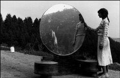 Josef Koudelka, Gypsy girl (garota cigana ) na Tchecoslováquia, 1991.