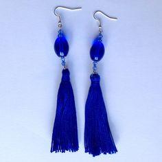 Orecchini pendenti lunghi con nappine di cotone blu e perline, fatti a mano, by La piccola bottega della Creatività, 7,50 € su misshobby.com