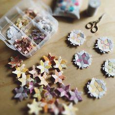 Lots of diamond stars to turn into hexagon star blocks ⭐️⭐️⭐️ . Hexagon Pattern, Hexagon Quilt, Hexagons, Vintage Textiles, Vintage Quilts, Star Blocks, Quilt Blocks, Quilting For Beginners, Beginner Quilting