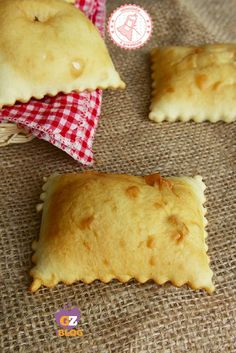 GNOCCO FRITTO ricetta facile veloce senza strutto Beef Skillet Recipe, Meat Recipes, Cooking Recipes, Maila, Antipasto, Sweet And Salty, International Recipes, Iftar, Quick Easy Meals