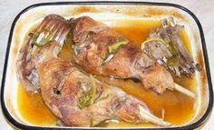 Ha Húsvétra szeretnél finom báránysültet készíteni, próbáld ki ezt a receptet! Hozzávalók: 2 db bárány comb (csontos bárány hús), 1 köteg zöld fokhagyma (10 szál friss fokhagyma), 2 evőkanál olaj, 1 kiskanál só, 1 kiskanál őrölt fekete bors, 1 kiskanál pirospaprika, 300 ml fehérbor, 2,5 dl víz olaj. Elkészítés: Vásároljunk[...] Romanian Food, Food Inspiration, Food And Drink, Chicken, Cooking, Foodies, Makeup, Honey, Food