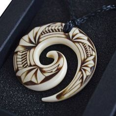Hand Carved Koru Bone Pendant By Jeff Bryan Master Carver Another great addition to the Jeff Bryan Master Carver range of bone pendants. This latest one is a koru/spiral. Antler Jewelry, Bone Jewelry, Wooden Jewelry, Beaded Jewelry, Beaded Bracelets, Bone Crafts, Maori Designs, Carving Designs, Art Carved
