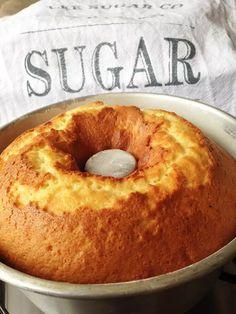 Orange cake easy recipe, delicious, convenient, and fast Easy Smoothie Recipes, Easy Cake Recipes, Sweet Recipes, Snack Recipes, Cooking Recipes, Cakes Plus, Portuguese Desserts, Coconut Recipes, Sweet Cakes