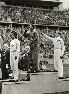 Jesse Owens - gold meldalist 1936  does NOT make the nazi salute