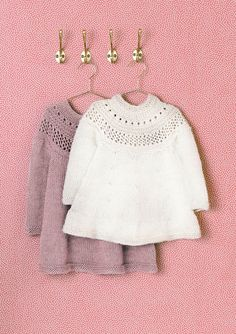 Dagens gratisoppskrift: Minsten kjole og genser | Strikkeoppskrift.com Baby Barn, Knitting Needles, Diy For Kids, Diy Clothes, Knitwear, Crochet Hats, Lace, Model, Arrow Keys