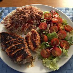 Pechuga de pollo a las finas hierbas. Arroz integral con tomate y atún. Ensalada con tomate cherry y aceite de oliva virgen extra.