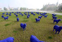 Rebanho de ovelhas de plástico invade jardim em frente ao castelo de Schwerin, no norte da Alemanha.