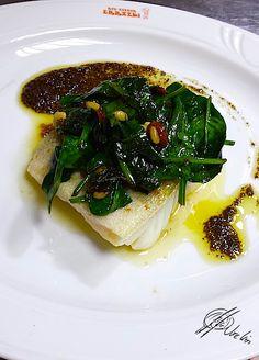 Bacalao confitado con espinacas fritas