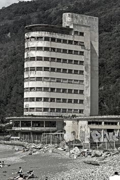 Colonia Gustavo Fara a Chiavari (LI) Bauhaus Architecture, Futuristic Architecture, Architecture Design, Exterior Design, Interior And Exterior, Art Deco, Retro Futurism, Abandoned Places, Art World
