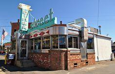 https://flic.kr/p/bivd8n | Main Street Diner - Plainville, Connecticut | September 2010