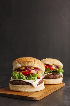 Hamburgers on wooden board Free Photo Burger Menu, Burger Restaurant, Shrimp Burger, Salmon Burgers, Fresh Shop, Food Tags, Coffee Poster, Delicious Burgers, Aesthetic Food
