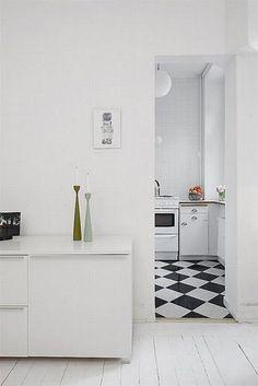 mooi witte vloer in woonkamer en zwart witte tegels in keuken
