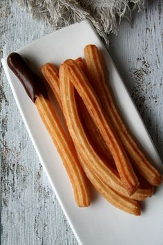 The origin of Spanish churros is very controversial. Find out the story and authentic recipe of the delicious chocolate con churros. Kid Desserts, Best Dessert Recipes, Spanish Churros Recipe, Paella, Authentic Spanish Recipes, Tapas, Thinking Day, Exotic Food, Latin Food