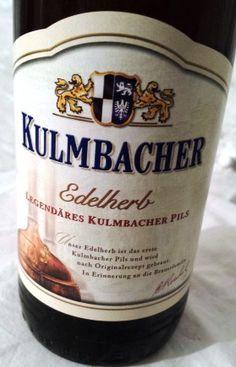 Bier (6): Kulmbacher Edelherb ★ ★ ★ ★ Das legendäre Pils aus der heimlichen Hauptstadt des Bieres. Dieser fränkische Klassiker wurde 1932 erstmals gebraut, sechs Jahre nachdem die Brauerei offiziell die Erlaubnis erhielt das Stadtwappen Kulmbachs auf dem Etikett verwenden zu dürfen. Goldgelb leuchtet es im Glas, hat eine dichte und cremig-feste Schaumkrone und einen wunderbar hopfigen Duft. Am Gaumen cremig, würzig, herb aber nicht bitter. Das ist genau die richtige Balance.