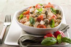 Salada de tomate-cereja e ervas recebe a companhia do tofu e do arroz integral