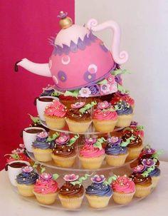 Tecnica: Pastel de cafetera en fondant y cup cakes con betun de crema y decoraciones con flores de fondant