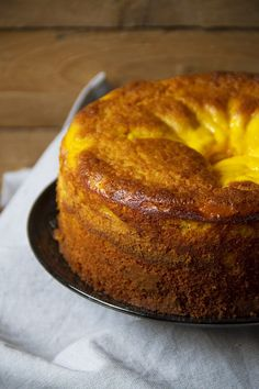 La torta soffice con il cuore di ricotta è leggera, dal gusto delicato e umida…