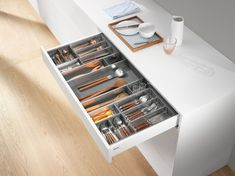 ORGA-LINE offers a wide range of containers and utensil dividers. Organised cutlery drawers boast Blum drawer dividers ORGA-LINE. Kitchen Cabinets Brands, Kitchen Cabinet Hardware, Base Cabinets, Kitchen Appliances, Kitchens, Time To Tidy Up, Kitchen Planner, Plate, Drawer Dividers