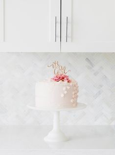 Pink Gold Baby Shower Cake - Baby Girl - Decor - Elegant - It's a girl! Inspiration #babyshower