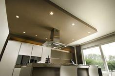 La cucina in stile moderno, illuminata con faretti ad incasso