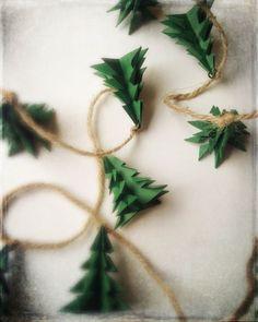 Une guirlande de Noël fabriquée avec du papier recyclé et de la ficelle