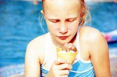 Schwimmen macht hungrig. Doch bis heute hindern Eltern ihre Kinder daran, gleich nach dem Essen wieder ins Wasser zu gehen. Muss das sein?