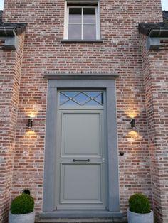 be – Exclusive lighting – Door Types House Front Door, Front Door Design, Exterior Paint Colors, Home Decor Paintings, Brick And Stone, Types Of Doors, House Windows, Brickwork, Entrance Doors