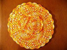 Conjunto de Sousplat feito em linha em crochet com 4 tons de amarelo, acompanha 2 sousplat e 2 porta-copos, versátil e embeleza rapidamente a mesa.