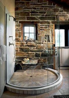 Bagni rustici: una grande doccia circolare in pietra