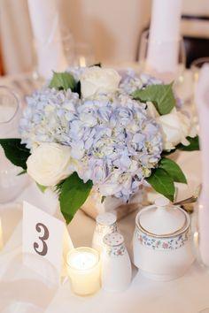 hortensien-blau-weiss-tischdeko-hochzeit-rosen.jpg (600×900)