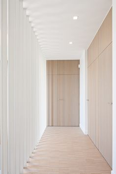 Ultimate lines in a hall I Deco-Lust Contemporary Interior, Modern Interior Design, Interior Architecture, Victorian Architecture, Porte Design, Door Design, Corridor Design, Office Fit Out, Craftsman Bungalows