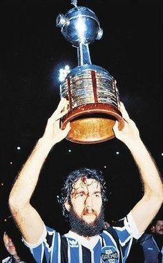 Hugo de León, Grêmio Porto-alegrense. Campeão da Copa Libertadores da América de 1983. Detalhe, ele está erguendo a Taça com a cabeça sangrando.