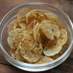 Daikon Radish Chips Recipe Daikon is spicy and heating. It stimulates digestive fire and bile and helps to digest fat. So go easy on the oil and enjoy these yummy Daikon chips! Carrot Recipes, Paleo Recipes, Low Carb Recipes, Snack Recipes, Cooking Recipes, Snacks, Free Recipes, Diakon Radish Recipe, Daikon Recipe