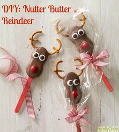 Nutter Butter Reindeer Cookie Pops #christmas #holidays #cookies #diy Arte Country, Madera Country, Pintura Country, Christmas Wood Crafts, Christmas Snowman, Christmas Paintings, Painting Patterns, Tole Painting, Christmas Pictures