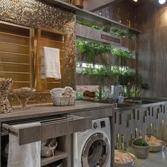 Lidia Baratella planejou os móveis em MDF que imita madeira de demolição para aproveitar os 15 m2. O destaque são os varais, na forma de gaveta ou de painéis.