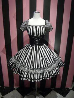 Gothic lolita look? Kawaii Fashion, Lolita Fashion, Gothic Fashion, Beautiful Outfits, Cool Outfits, Casual Cosplay, Gothic Outfits, Lolita Dress, Gothic Lolita