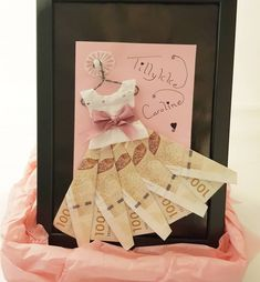 Skal du til konfirmation og mangler du inspiration til pengegaver til konfirmanden - så se disse 21 idéer til sjove pengegaver. Diy Paper, Paper Crafting, Nifty Diy, Creative Money Gifts, Cute Boyfriend Gifts, Gift Wraping, Money Origami, Paper Smooches, Xmas Gifts