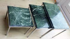 Maker onbekend - set bijzettafels met groen marmeren bladen