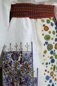 Detail Halliste kihelkonna naise vööst ja villase tikandiga valgest vaipseelikust ja puusapõllest