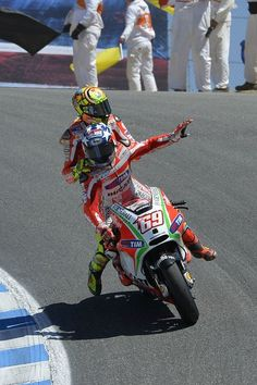 Nicky Hayden took sixth place at the United States Grand Prix after putting in a determined […] Gp Moto, Moto Bike, Grand Prix, Course Moto, Nicky Hayden, Honda, Valentino Rossi 46, Motosport, Bike Rider