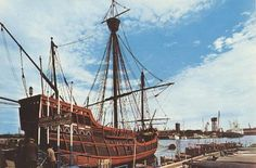*1968. Imatge de la Caravel·la Santa Maria al port, una de les icones turístiques més habituals a les postals de la Barcelona dels anys de la dictadura. BARCELOFÍLIA