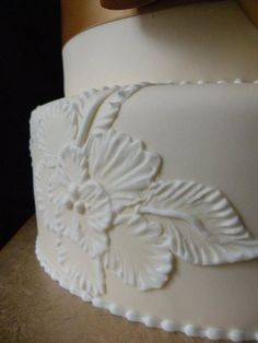 Brushed embroidery done on ivory colored fondant. Cake Decorating For Beginners, Cake Decorating Techniques, Cake Decorating Tutorials, Cookie Decorating, Buttercream Flowers Tutorial, Buttercream Flower Cake, Buttercream Icing, Frosting, Icing Flowers