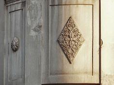 Πολυκατοικία Κλαυδιανού [Ιδιοκτησίας Ελευθέριου Λεβή]. Οδός Πατησίων 50, Μουσείο.  ***Αρχιτέκτων: Ανδρέας Κριεζής [γεν. 1887 – † 1962] *** - Έτος έκδοσης αδείας: 1924 - Διατηρητέο ΦΕΚ Δ' 847/17.09.1986 *** Φωτογραφία: Δημήτρης Καμάρας © All rights reserved *** Στο κτήριο στεγάστηκαν: - Πρακτορείο ΑΠΕ - Κλινική Γρηγορίου Λαμπράκη (ίσως) - Ο Όμιλος Granits Decor, Decoration, Decorating, Deco