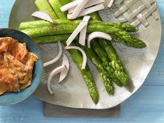 Grüner Spargel mit Hähnchenbrust - und pikantem Rührei - smarter - Kalorien: 365 Kcal - Zeit: 15 Min. | eatsmarter.de