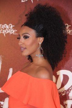 Sheron Menezes - Liberdade Liberdade- Eu Capitu Black Power, Curly Hair Styles, Natural Hair Styles, Afro Puff, Beauty Around The World, African Hairstyles, Textured Hair, Ponytail, Beauty Women