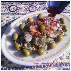 Cette salade tunisienne de radis est simple, rafraîchissante et présentable avec sa marinade colorée. Certains y rajoute des tomates. Cette recette accompagnait un tajine tunisien d'artichauts ( re…