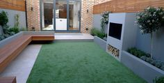 modern-garden-designer-london-artificial-grass-hardwood-seat-fireplace-hardwood-slatted-cedar-screen-trellis-belgravia-hyde-park-westminster-london.jpg (1600×808)